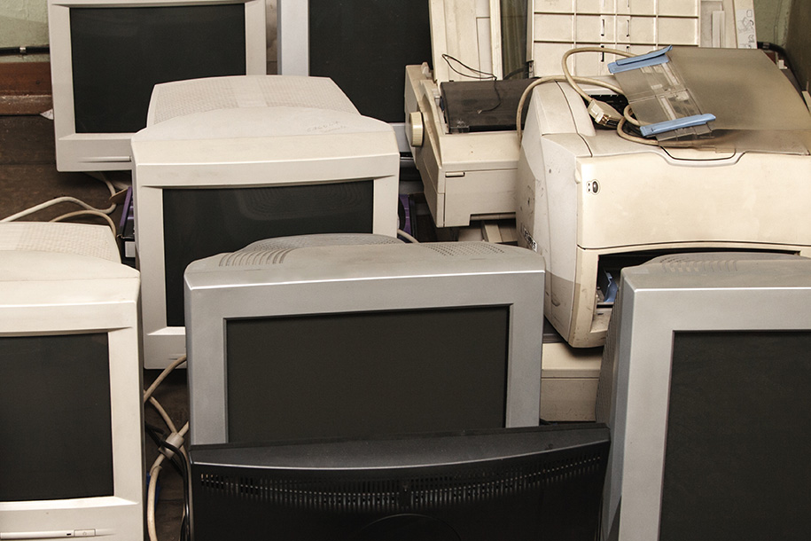 Wohnungsauflösung – Mehrere alte Bildschirme liegen auf dem Boden – Talent Entrümpelung