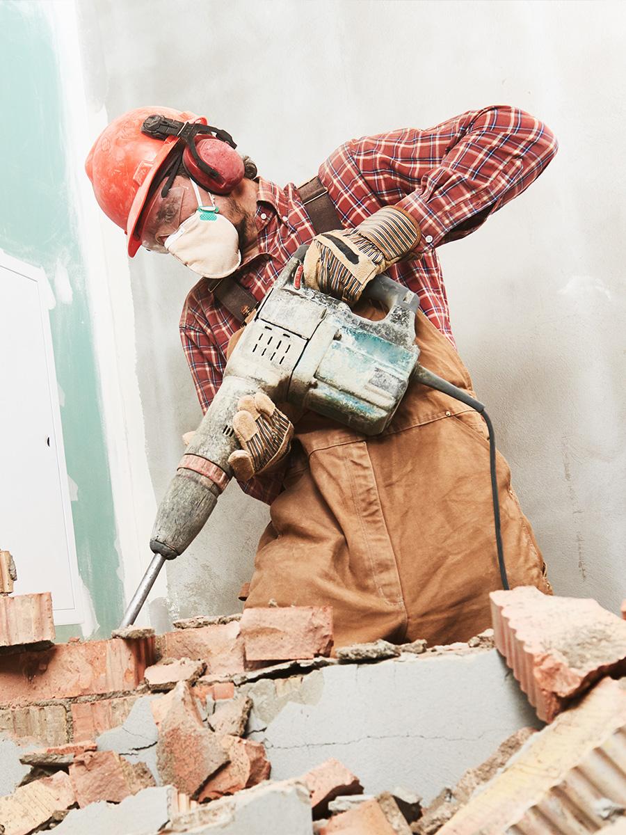 Arbeiter reißt Wand ein – Talent Entrümpelung