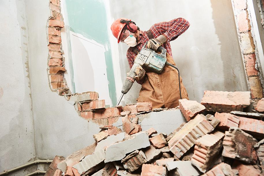 Arbeiter reißt Wand mit Presslufthammer ein – Talent Entrümpelung