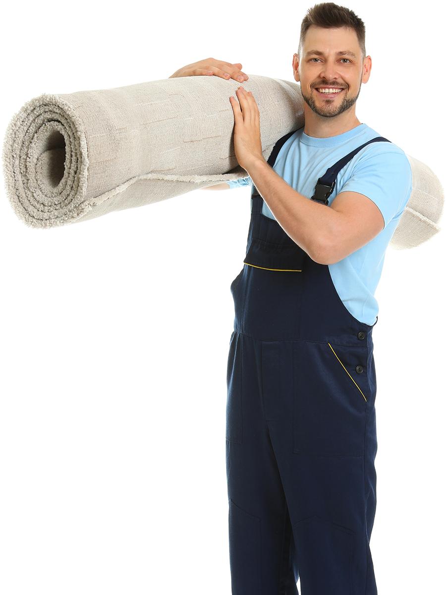 Mann trägt einen alten Teppich auf seiner rechten Schulter – Talent Entrümpelung