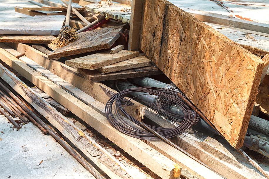 Entsorgung – Holzabfälle und Metallshrott auf einem Haufen – Talent Entrümpelung