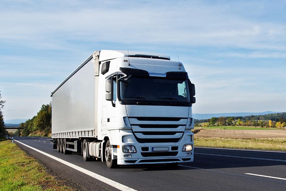 Weißer LKW fährt auf einer Autobahn – Talent Entrümpelung