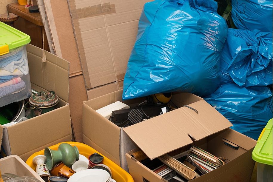 Wohnungsauflösung – Mit allerlei Krempel gefüllte Kartons – Talent Entrümpelung