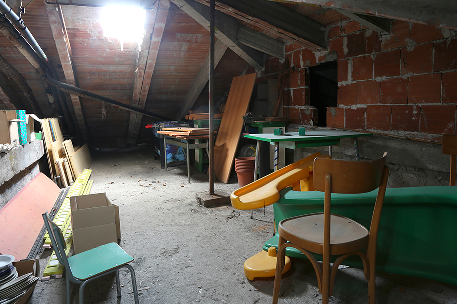 Entrümpelungsfirma – Dachboden mit alten Möbeln – Talent Entrümpelung