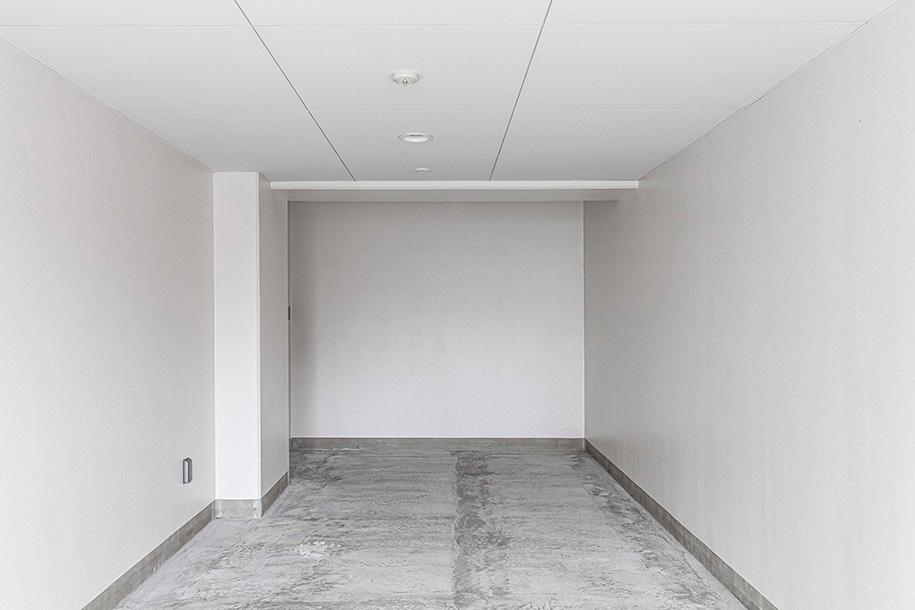 Keller entrümpeln – Ein entrümpelter Keller mit Betonboden und weißen Wänden – Talent Entrümpelung