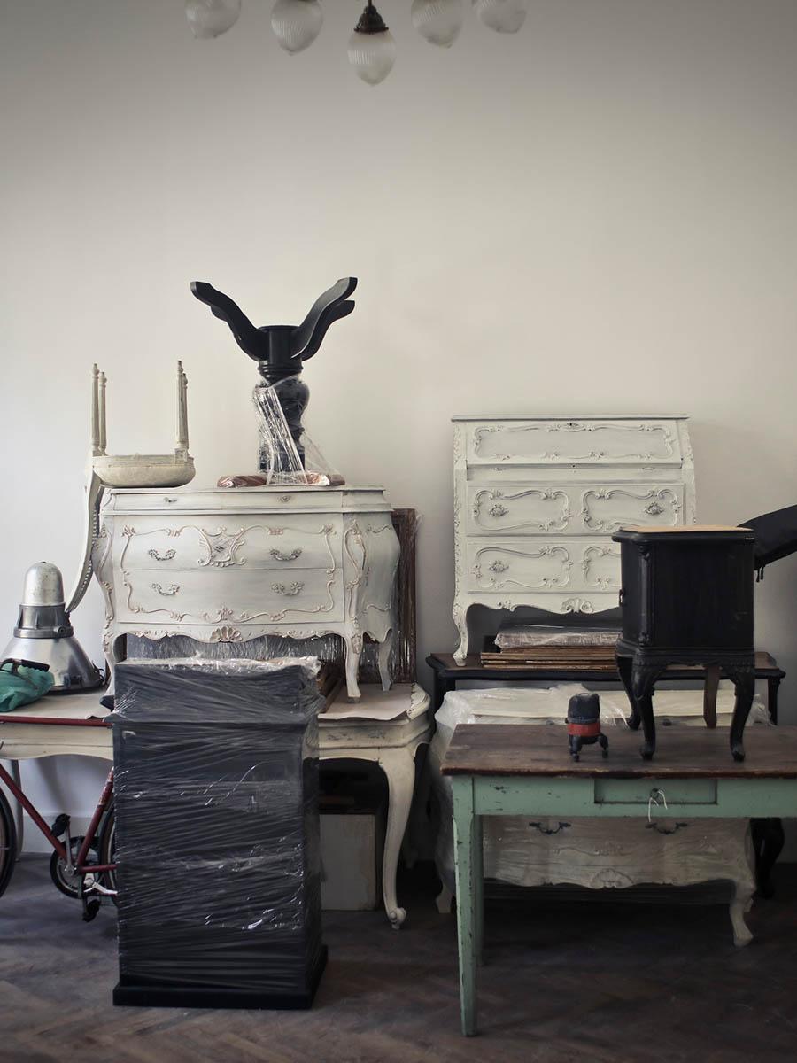 Entrümpelung Berlin Kosten – In die Ecke eines Raumes gestellte, altmodische Möbel – Talent Entrümpelung