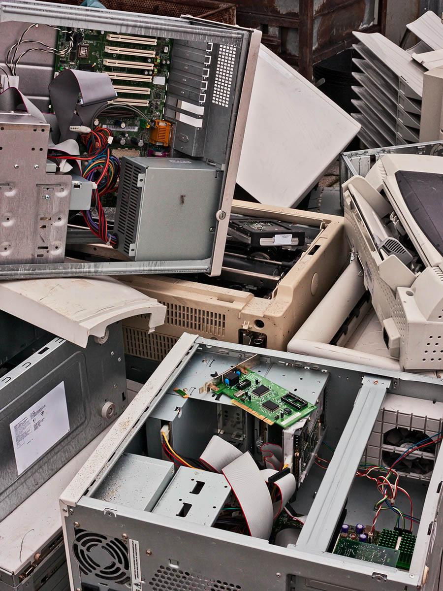 Entrümpelung Berlin Kosten – Haufen alter PCs – Talent Entrümpelung